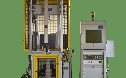 Maszyna do testowania amortyzatorów - widok z przodu z zamkniętymi drzwiami