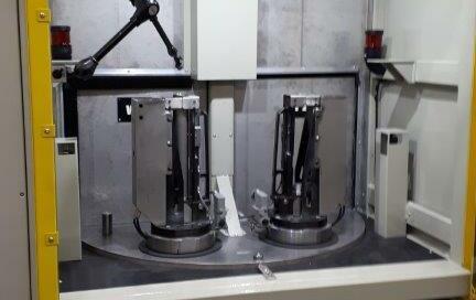 Spawarka dwu stanowiskowa ze stołem obrotowym BCW I - widok z przodu na panele sterujące źródłami prądu